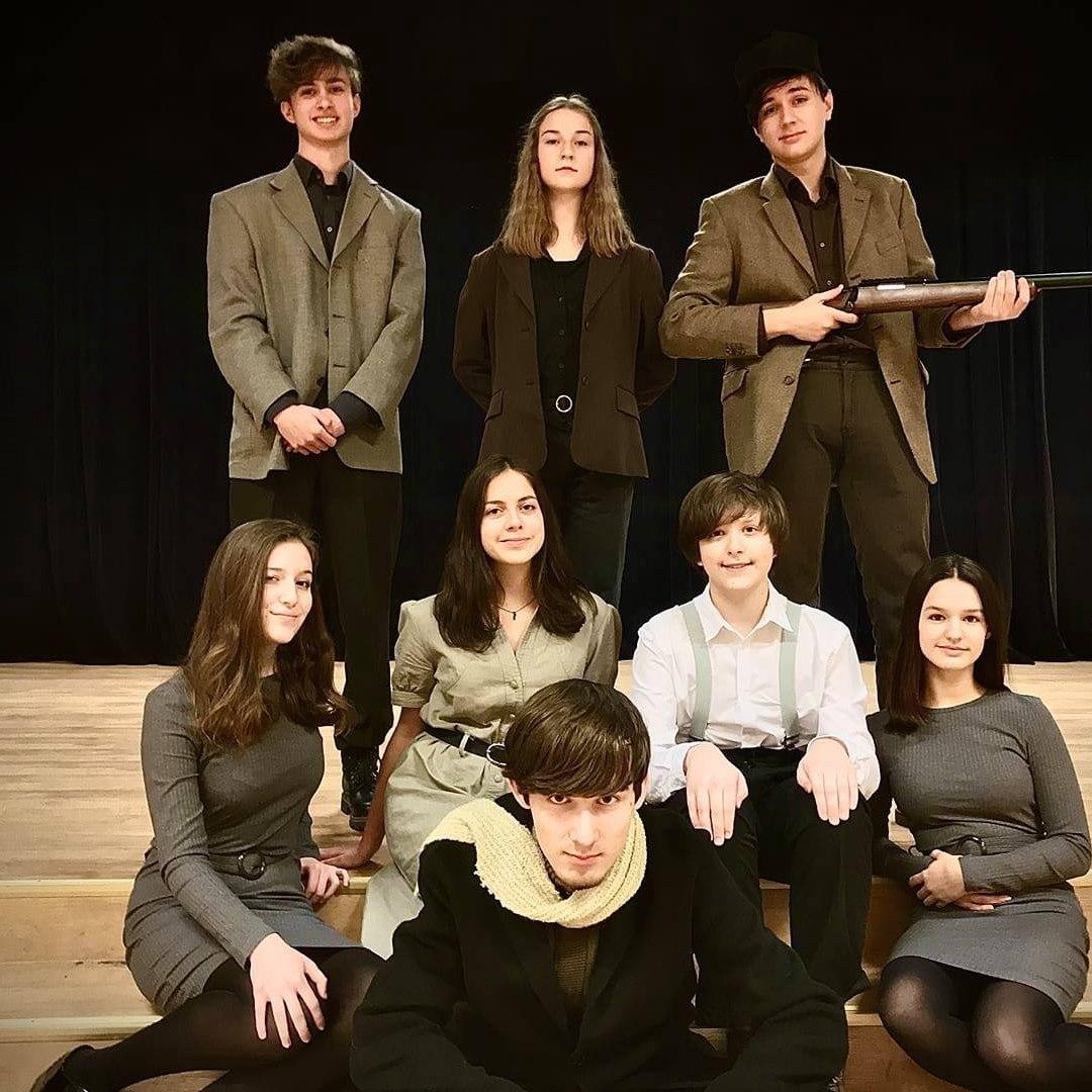 grupa młodzieży na scenie pozuje do zdjęcia