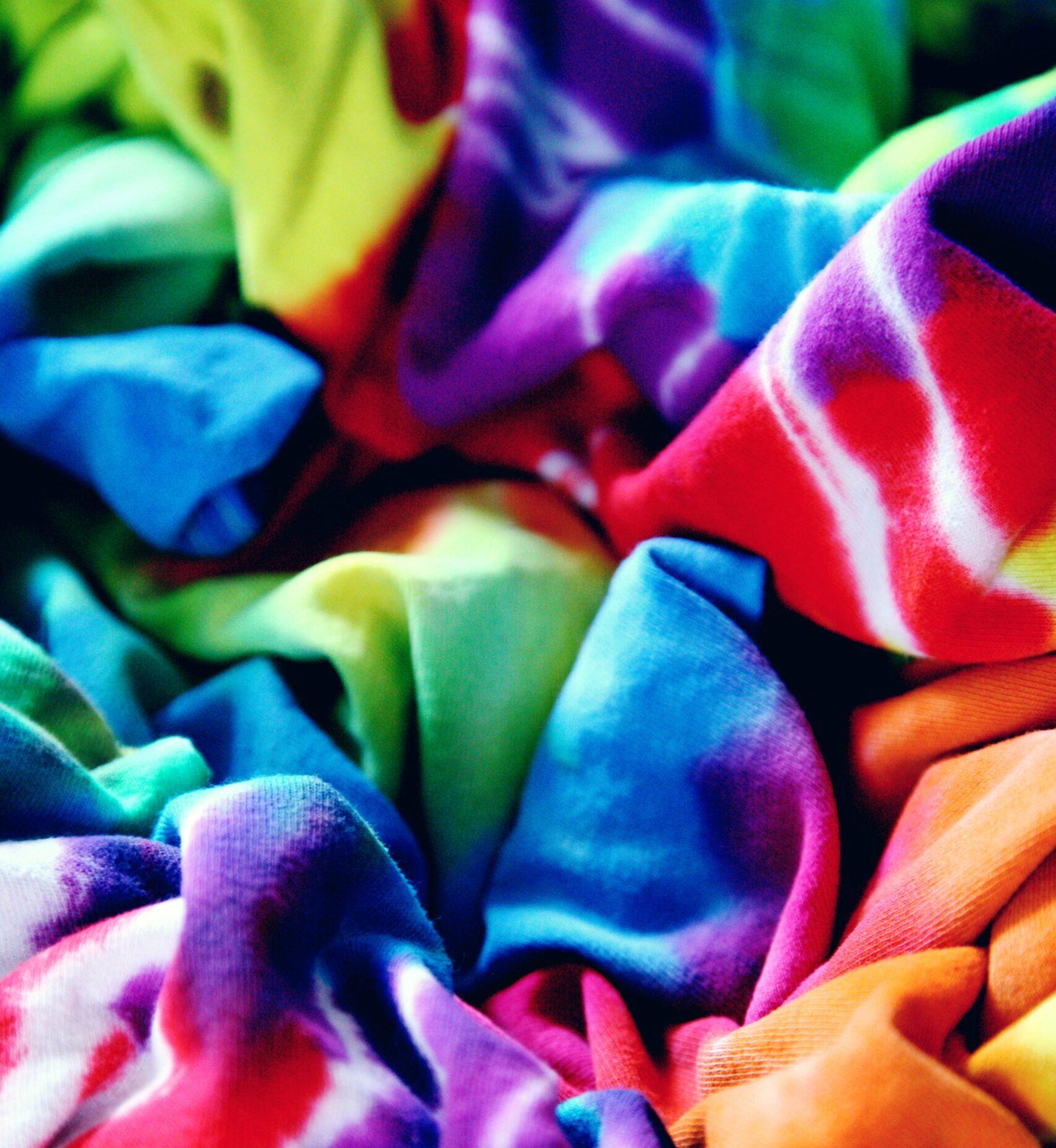 Kolorowe tkaniny zebrane w jednym miejscu, tworzą fale.