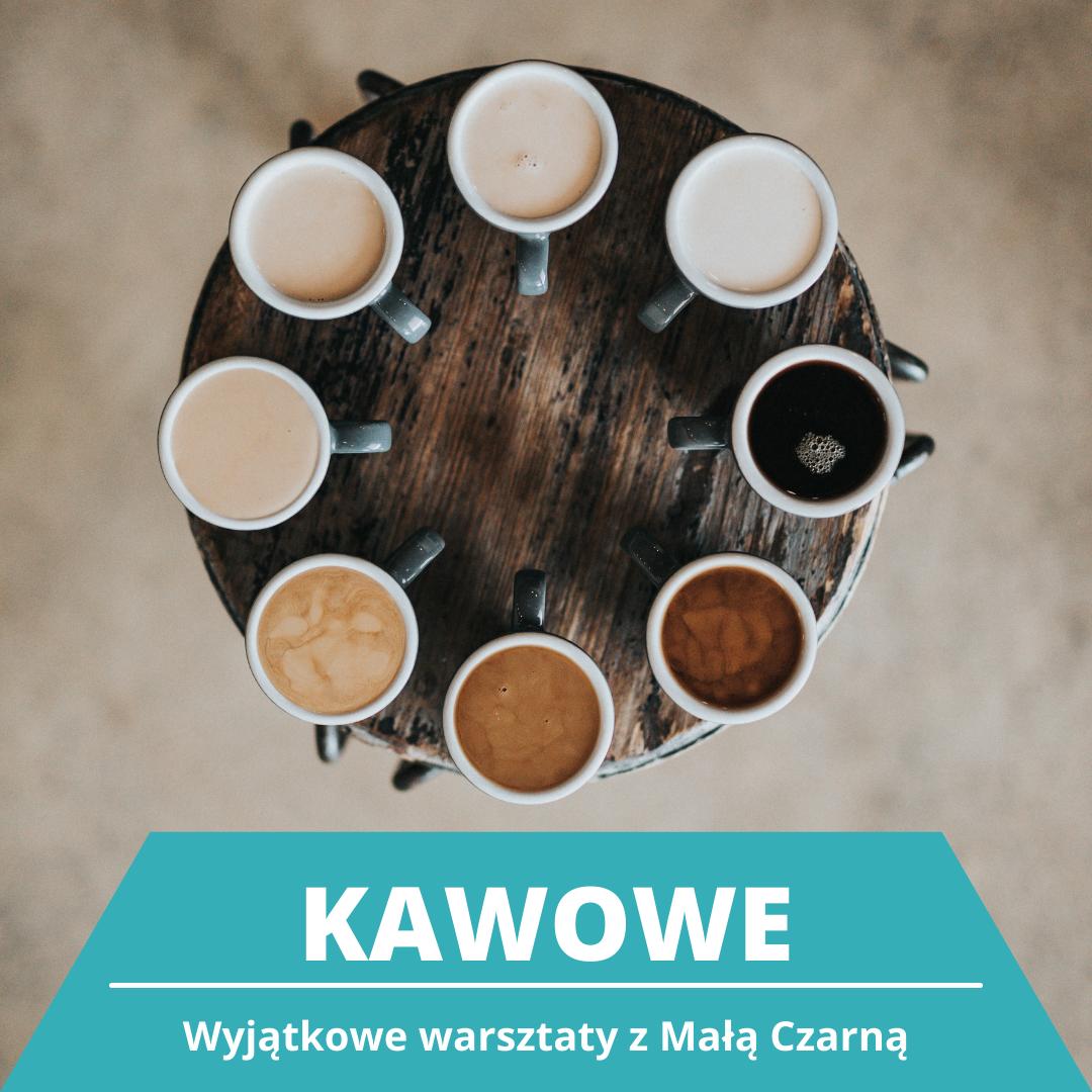 Na drewnianym okrągłym blacie filiżanki z kawą ustawione dookoła, od najciemniejszej do najjaśniejszej. Napis: Kawowe. Wyjątkowe warsztaty z Małą Czarną. (Kliknij, by czytać więcej.)